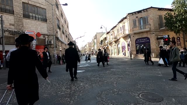 vídeos de stock, filmes e b-roll de the streets of mea shearim an ultra orthodox neighborhood in jerusalem filled with people despite coronavirus outbreak on 25 march 2020. a senior... - jerusalém