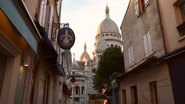 the streets of montmatre and scare coeur cathedral in the early morning, ms - basilique du sacre coeur montmartre stock videos & royalty-free footage
