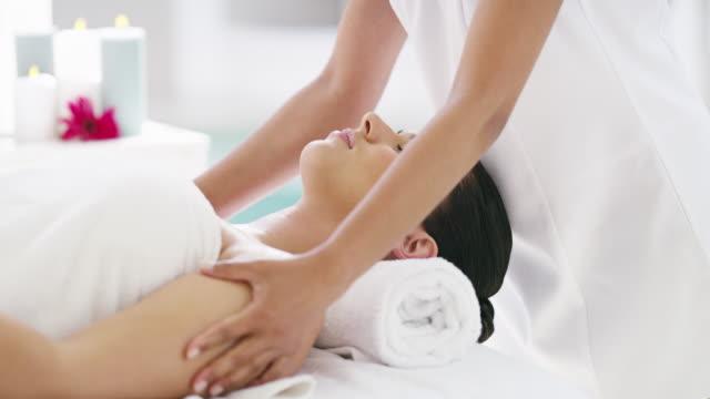 vidéos et rushes de le stress et les tensions de la vie quotidienne se sentent loin - massage table