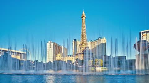 stockvideo's en b-roll-footage met the strip. las vegas. eiffel tower experience, fountains of bellagio. - replica eiffeltoren las vegas
