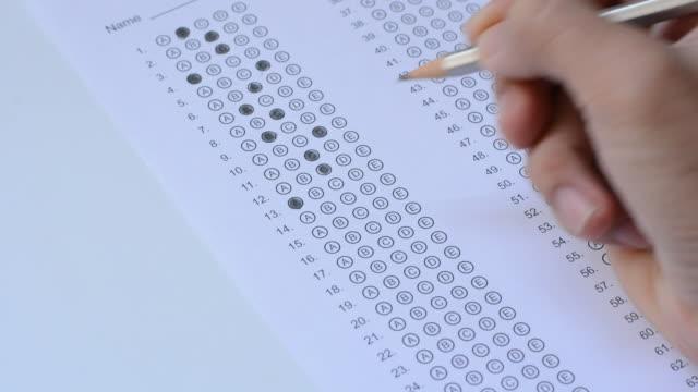 de student vult antwoorden op de gestandaardiseerde multiple choice test