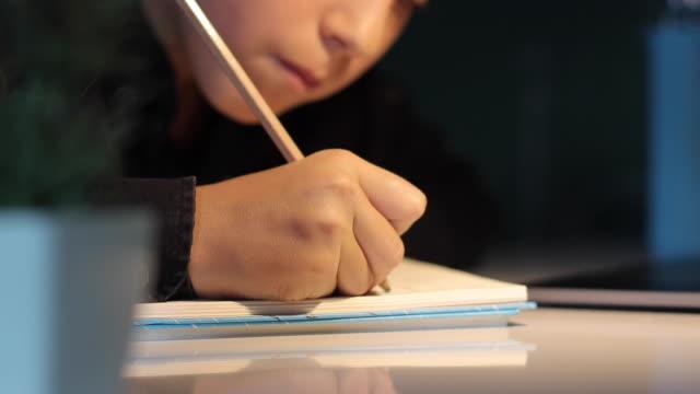 stockvideo's en b-roll-footage met de student studeert e-learning aan de computer - bord bericht