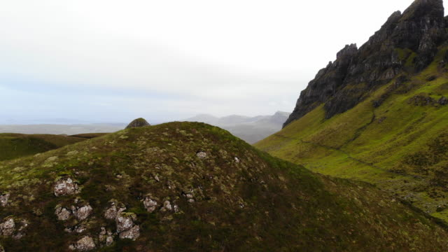 vidéos et rushes de the stunning mountains of the quiraing with lakes and autumn colors in the isle of skye. - écosse