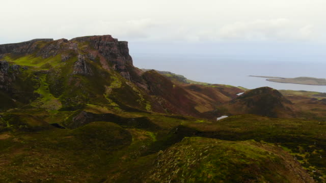 stockvideo's en b-roll-footage met the stunning mountains of the quiraing with lakes and autumn colors in the isle of skye. - verwonderingsdrang