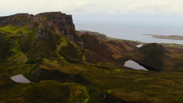 vídeos de stock, filmes e b-roll de the stunning mountains of the quiraing with lakes and autumn colors in the isle of skye. - escócia