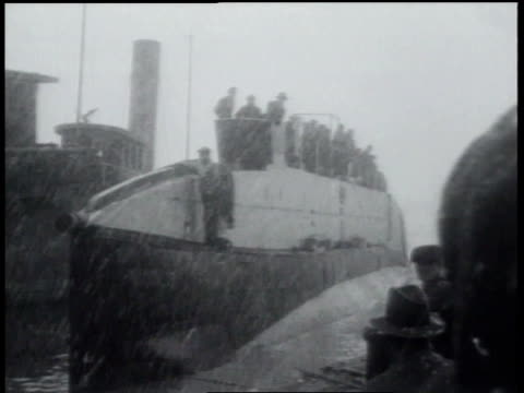 vidéos et rushes de 1931 montage the submarine nautilus sets out to sea / new york city, new york, united states - 1931