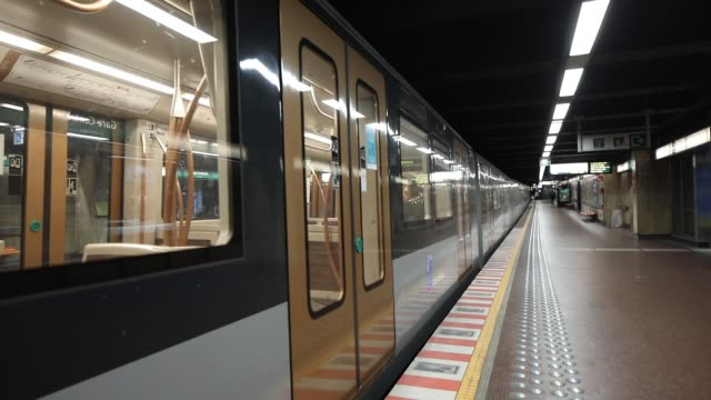 vidéos et rushes de the subway is void of passengers during the coronavirus pandemic on march 29 2020 in brussels belgium the belgium government announced more measures... - belgique