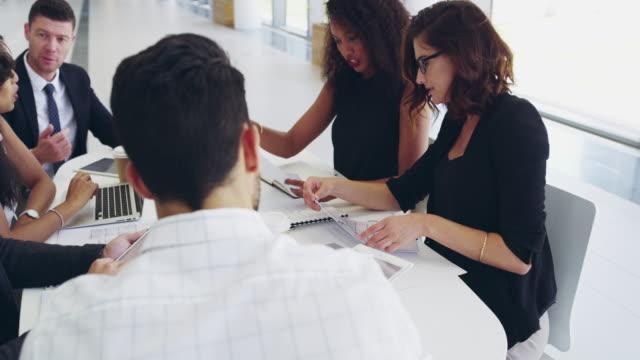 vidéos et rushes de le succès de l'entreprise dépend de chaque individu - femme d'affaires