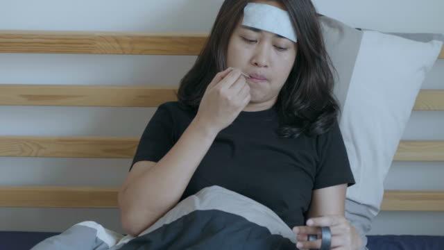 vídeos de stock, filmes e b-roll de o sofrimento da menina doença. - termômetro