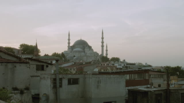 ws the suleymaniye mosque standing on a hilltop over the golden horn / istanbul, turkey - formato panoramico con bande nere video stock e b–roll