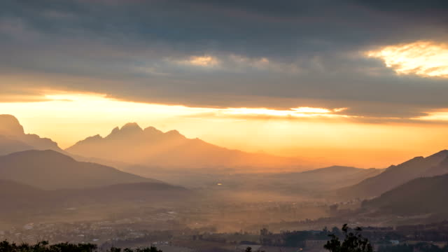 vídeos y material grabado en eventos de stock de ws t/l of the sun and clouds over franschhoek pass, south africa - cabo winelands