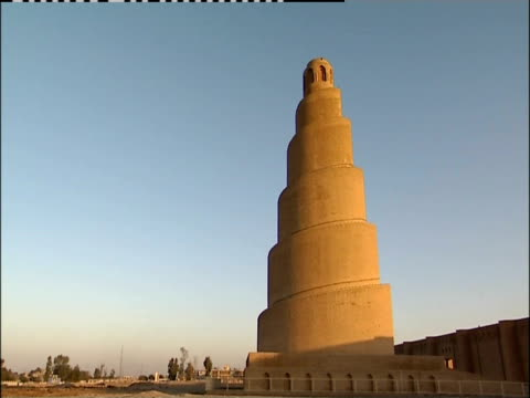 the sun bathes malwiya tower in golden light. - minareto video stock e b–roll
