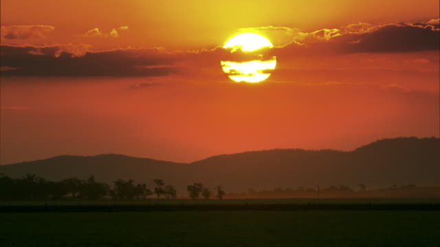 the sun begins to set over the new south wales countryside. - horizon over land stock videos & royalty-free footage