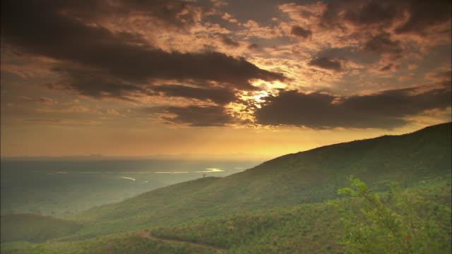 vídeos de stock e filmes b-roll de the sun begins to set over the shire highlands in southern malawi.  - malávi