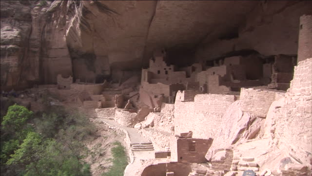 the sun casts shadows on cliff palace in mesa verde national park. - mesa verde nationalpark stock-videos und b-roll-filmmaterial