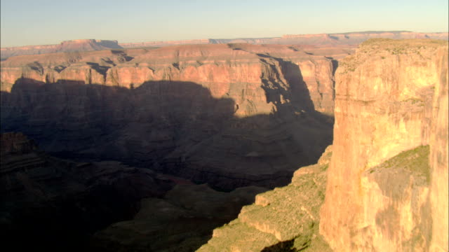 the sun casts shadows on the walls of the grand canyon. - canyon stock-videos und b-roll-filmmaterial
