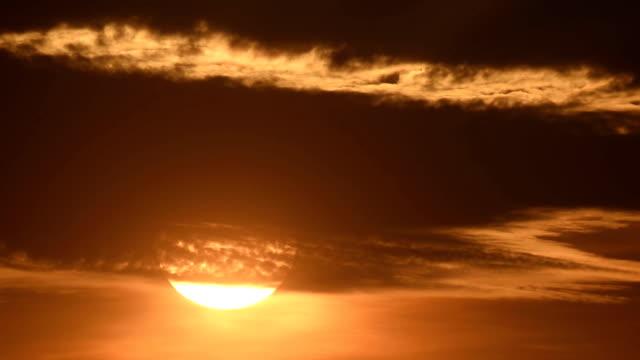 El sol bajando del cielo resplandor del atardecer