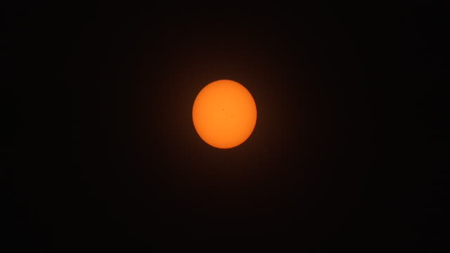 vídeos y material grabado en eventos de stock de the sun just prior to the great american eclipse beginning on august 21st 2017 in the new york city metro a few sunspots are visible on the surface... - mancha solar