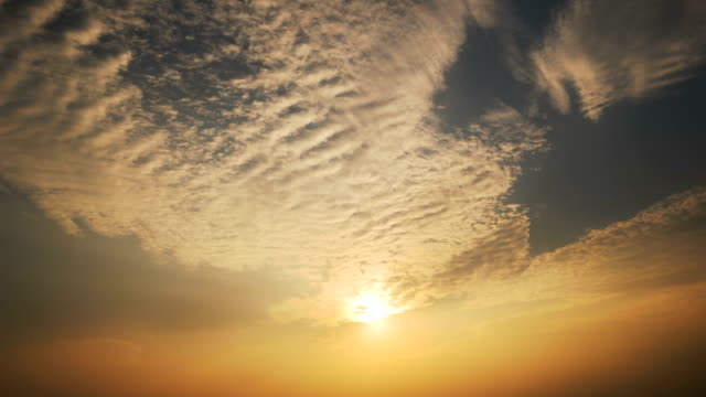 El sol bajando al atardecer cielo 4K