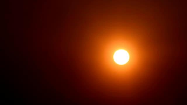 El sol bajando al atardecer cielo HD Video