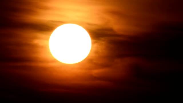 die sonne bewegt sich sonnenuntergang himmel bis zum verschwinden - moving down stock-videos und b-roll-filmmaterial