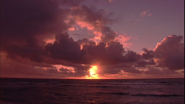 the sun peeks out from behind a cloudy sky. - pacific ocean点の映像素材/bロール