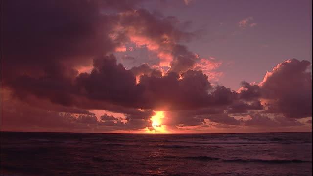the sun peeks out from behind a cloudy sky. - 太平洋点の映像素材/bロール