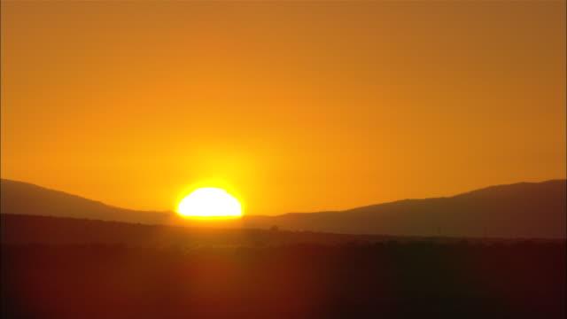 vídeos y material grabado en eventos de stock de the sun rises over silhouetted mountains on the horizon. - provincia occidental del cabo