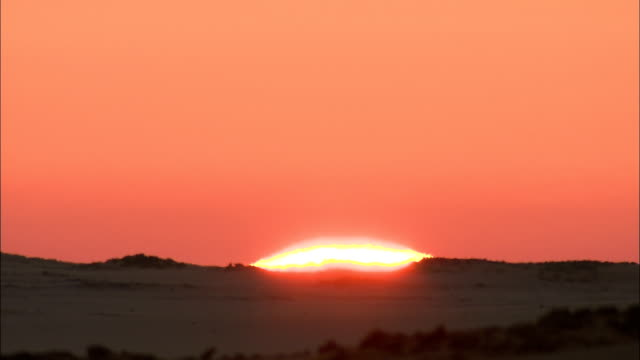 stockvideo's en b-roll-footage met the sun rises over the desert. - zonsopgang