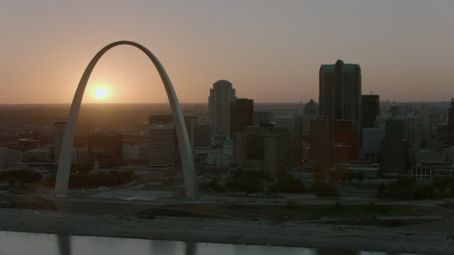 stockvideo's en b-roll-footage met the sun sets behind the gateway arch - gateway arch st. louis