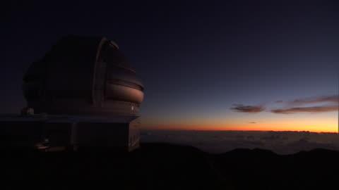 the sun sets beyond a telescope at w. m. keck observatory in mauna kea, hawaii. - astronomi bildbanksvideor och videomaterial från bakom kulisserna