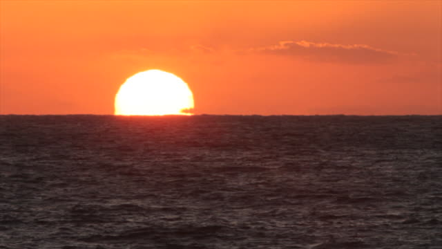 vidéos et rushes de the sun sets on the horizon of the u.s. gulf coast at pass a grille, florida. - gulf coast states