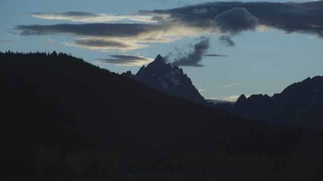 the sun sets over oxbow bend in grand teton national park. - grand teton national park stock videos & royalty-free footage