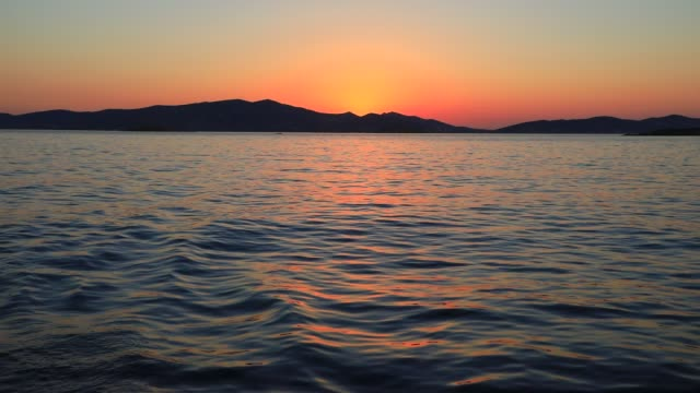 vídeos y material grabado en eventos de stock de the sun sets while on a sailboat on august 19, 2020 in parikia, greece. the island of paros has seen increasing tourist numbers in recent years being... - idyllic