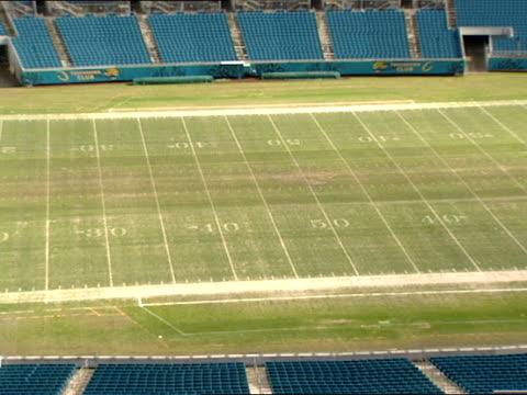 vidéos et rushes de the sun shines down on an empty alltel stadium football field in jacksonville, florida. - nfc