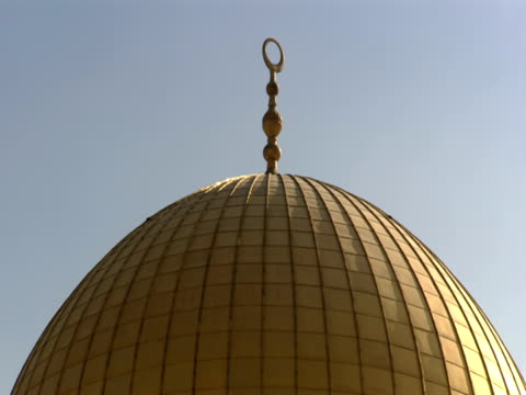 the sun shines onto the dome of the rock in jerusalem. - gerusalemme est video stock e b–roll