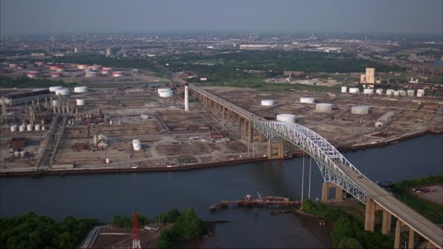 vídeos de stock e filmes b-roll de the sunoco oil refinery sits on the banks of the schuylkill river outside of downtown philadelphia. - filadélfia pensilvânia