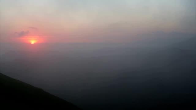 vídeos y material grabado en eventos de stock de the sunrise over the lower drakensburg mountains.south africa - kwazulu natal