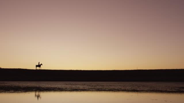 夕日が呼び出され、私は行かなければならない - 乗る点の映像素材/bロール