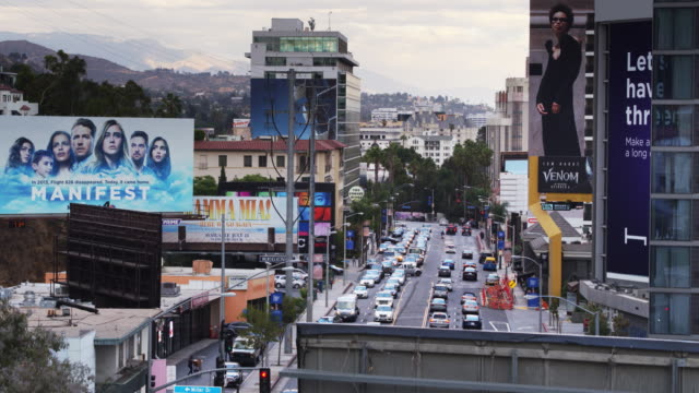 stockvideo's en b-roll-footage met the sunset strip - drone shot with upwards tilt - west hollywood