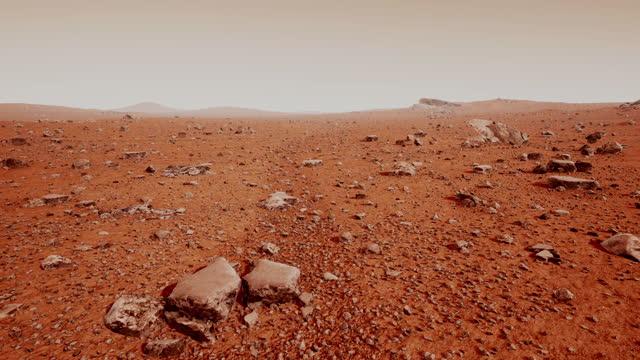 vídeos y material grabado en eventos de stock de la superficie de marte, sembrada de pequeñas rocas y arena roja - surface level