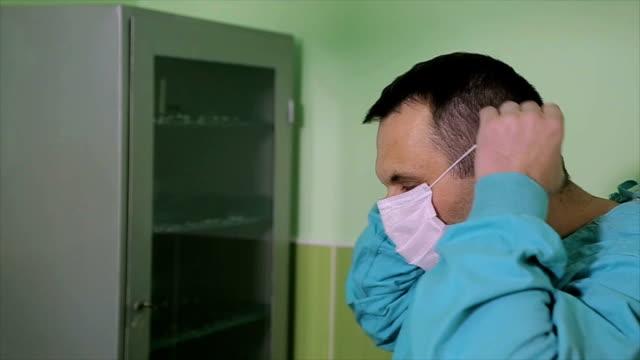 stockvideo's en b-roll-footage met de chirurg bereidt voor chirurgie - beschermende handschoen