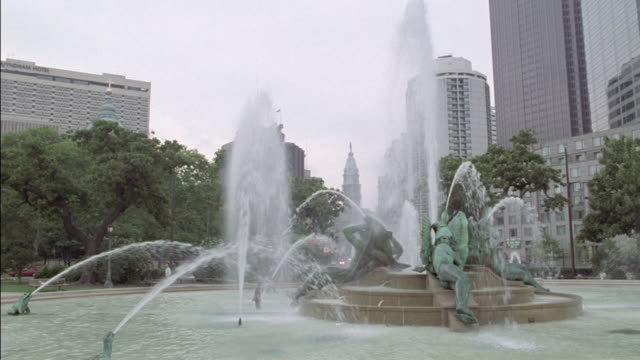 the swann memorial fountain flows in philadelphia. - swann memorial fountain stock videos & royalty-free footage