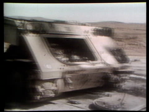 the syria collection 1; 10.10.73 yom kippur war: golan heights: explosions in distance; israeli artillery fired; wreckage; israelis in boltholes... - ヨムキプール点の映像素材/bロール