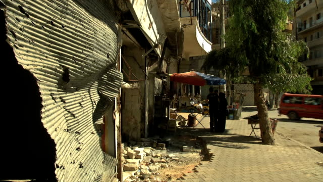vidéos et rushes de the syrian civilian people in aleppo giving their opinions about the government actions from handing over their chemical weapons to the un. aleppo... - armement