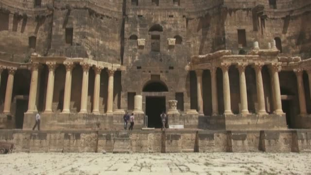the syrian opposition has begun restoring historical sites including a roman theatre in the town of bosra alsham in daraa southern syria which were... - arte dell'antichità video stock e b–roll