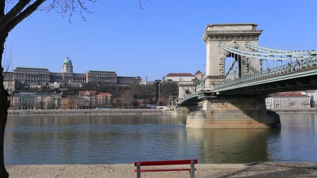 the szecheni lanchid suspension bridge ( chain bridge ), over the river danube between buda & pest cities, budapest city, hungary. - chain bridge suspension bridge stock-videos und b-roll-filmmaterial