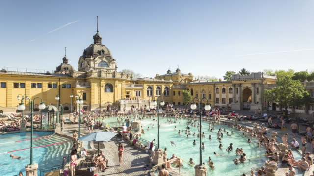 vídeos de stock, filmes e b-roll de the szechenyi thermal bath in budapest, hungary. - piscina térmica