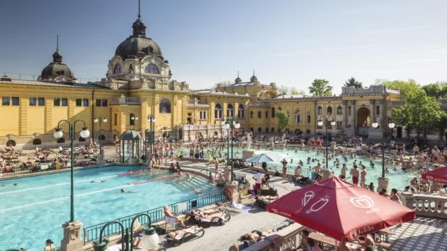 vídeos de stock e filmes b-roll de the szechenyi thermal bath in budapest, hungary. - budapeste