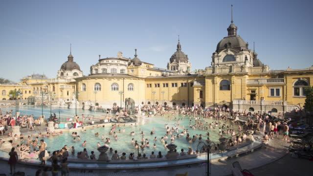 vidéos et rushes de the szechenyi thermal bath in budapest, hungary. - établissement de cure